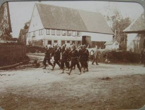 Marschierende Soldaten 1906 vor Hof  Nr. 9