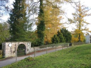 Friedhofseingang im Herbst