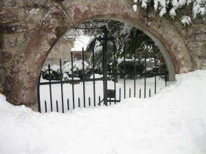 Friedhofstor im Winter
