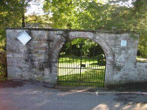 Friedhof mit Eingangstür mit Jahreszahl 1794