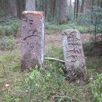 Zwei Grenzsteine. Ein kommunaler Grenzstein von etwa 1838 und ein Forstgrenzstein von 1606