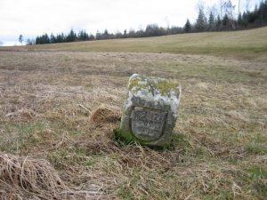 Ein Grenzstein von 1606 in der Wiese im Schnepfenloch