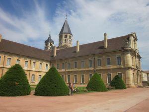 Im Vordergrund die noch stehenden Abtei-Gebäude