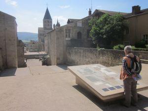 Die Erläuterungstafel befindet sich am ehemaligen Eingang der Kirche, der Turm steht am Ende der Kirche