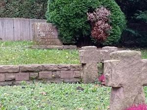 Gedenksteine der in Obermusbach und Igelsberg Gefallenen in der Mauer