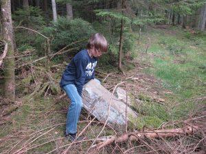 Max möchte den Stein aufrichten, er ist zu schwer