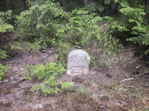 Stein von 1606 tief in der Erde versunken