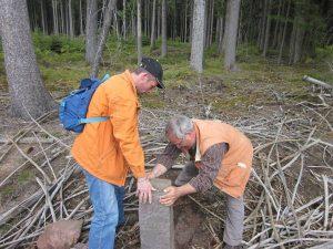 Rene und Hans richten den Stein auf