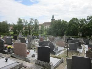 Friedhof in Niedermuespach mit Blick auf Kirche