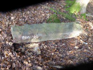 umgestürzter Stein neben Deponie