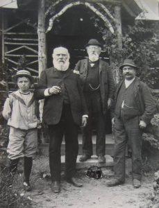 Emil Hamma rechts mit seinen Onkel Benjamin Hamma, ohne Hut und Franz Xaver Hamma, Knabe nicht bekannt
